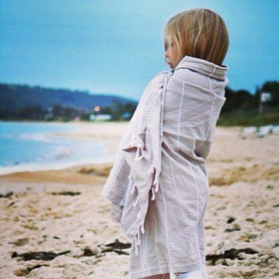 Hammamas Original Towel colour stone kids on beach